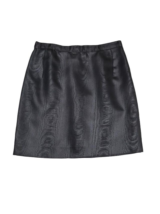 Falda negra de tela satinada efecto madera, con cierre y botón posterior. Largo 44cm foto 1