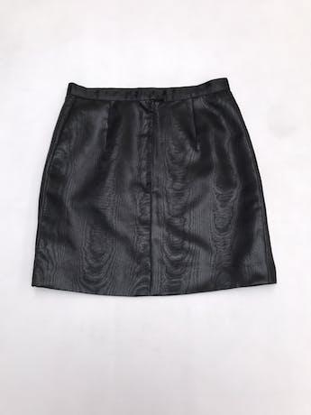 Falda negra de tela satinada efecto madera, con cierre y botón posterior. Largo 44cm foto 2