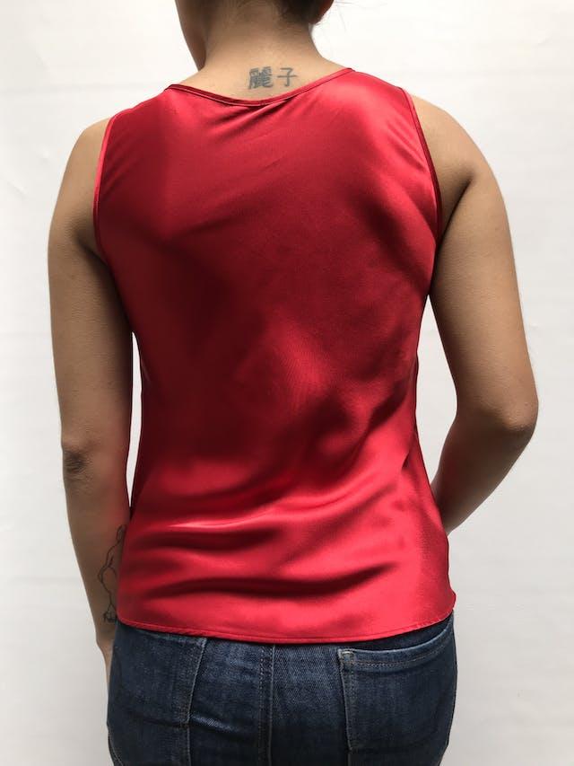 Blusa roja de raso, con escote en V, detalle de  encaje y bordado de bajo del busto. Talla XS/S foto 2