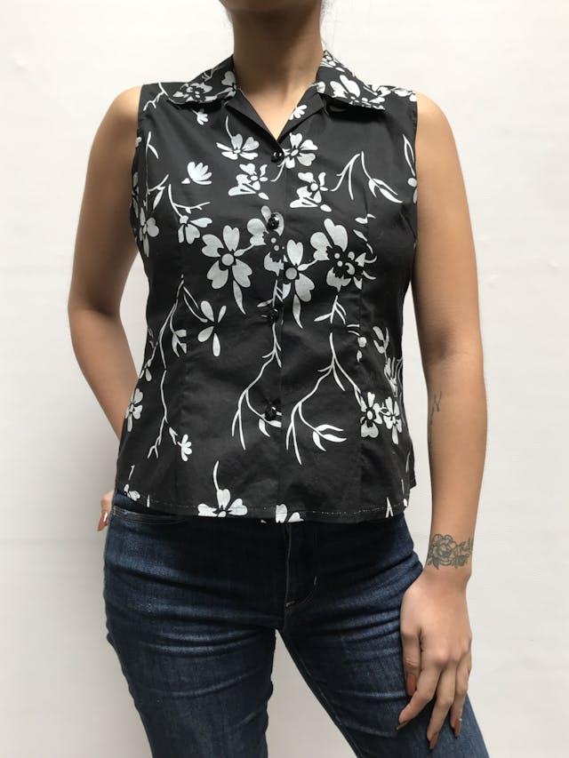 Blusa negra con estampado de flores blancas, cuello camisero, escote en V y fila de botones Talla M foto 1