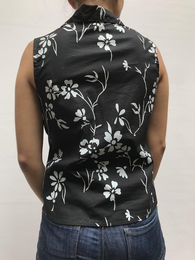 Blusa negra con estampado de flores blancas, cuello camisero, escote en V y fila de botones Talla M foto 3