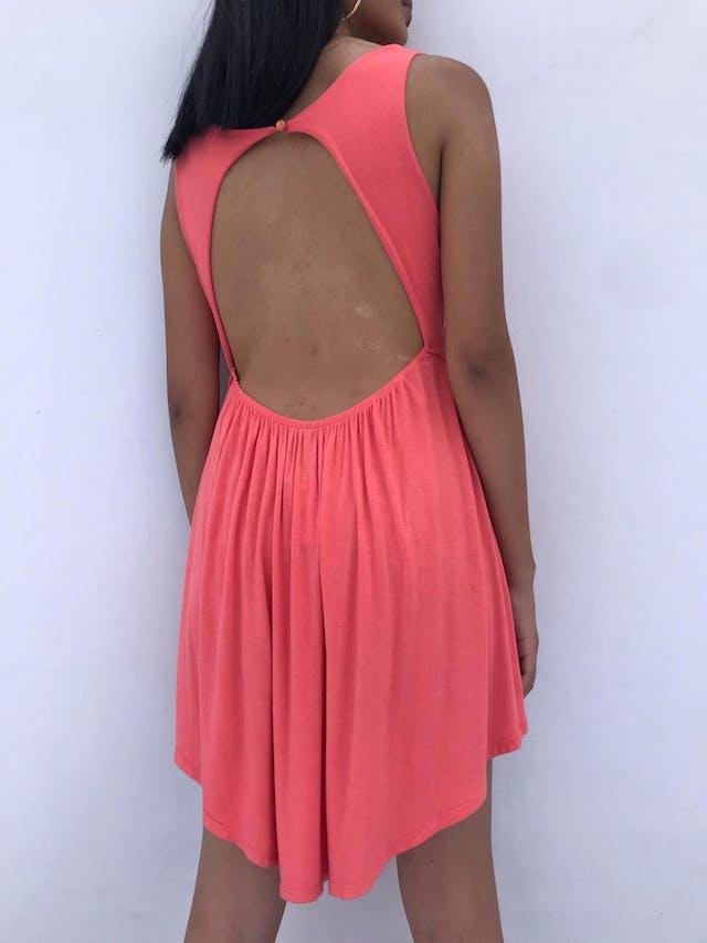Vestido coral, tela tipo algodón, cuello drapeado con botón posterior, aplicación de correa dorada y escote en la espalda Talla S foto 2