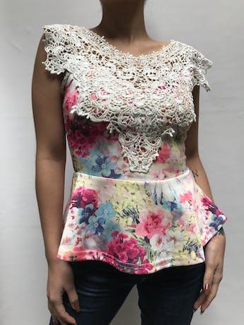 Blusa estampada de flores y encaje en el pecho, corte a la cintura con volante Talla S foto 1