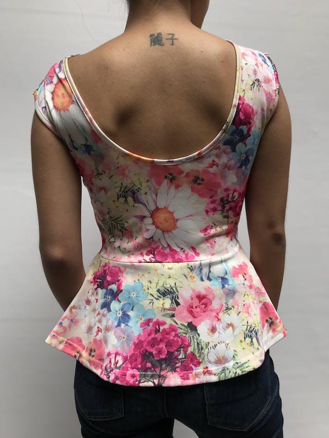 Blusa estampada de flores y encaje en el pecho, corte a la cintura con volante Talla S foto 2