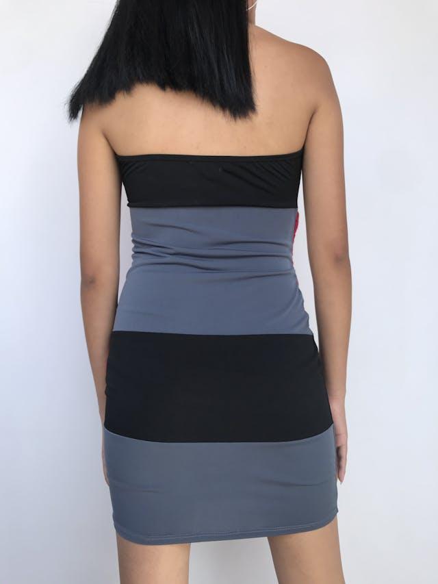 Vestido strapless negro y gris con aplicaciones de tela fucsia, forrado. Queda lindo! Talla S foto 2