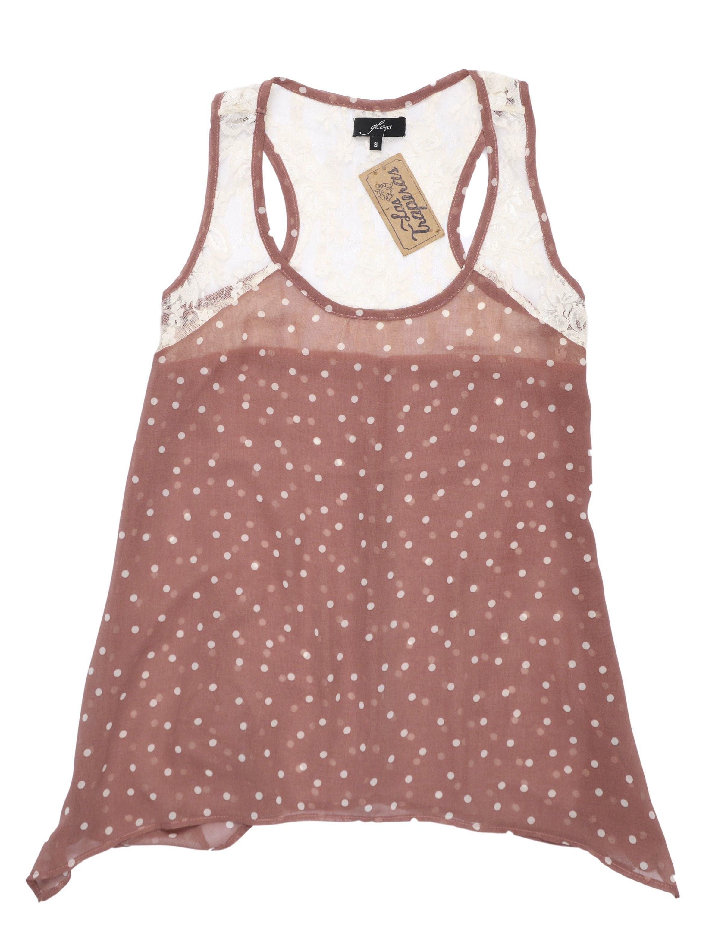 Blusa con polka dots crema, encaje en hombros y espalda alta. Busto 90 cm.