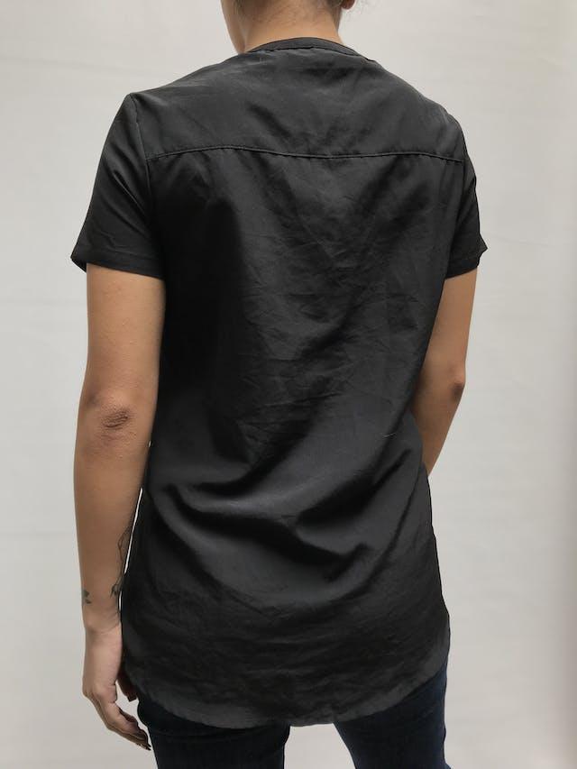 Blusa tela plana negra con botones en tono bronce Talla M (S suelto) foto 2