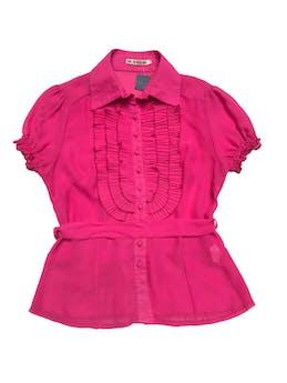Blusa de gasa fucsia con bobos plisados, cinto para amarrar. foto 1