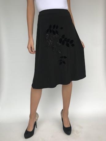 Falda negra stretch, línea en A con aplicaciones de plush y hojas bordadas. Linda caída. Largo 62cm foto 1