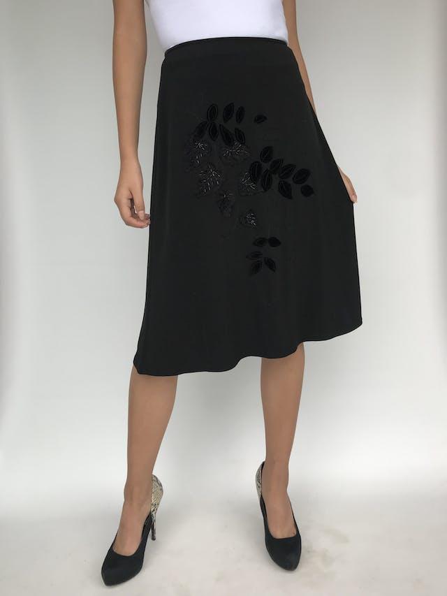 Falda negra stretch, línea en A con aplicaciones de plush y hojas bordadas. Linda caída Talla S foto 1