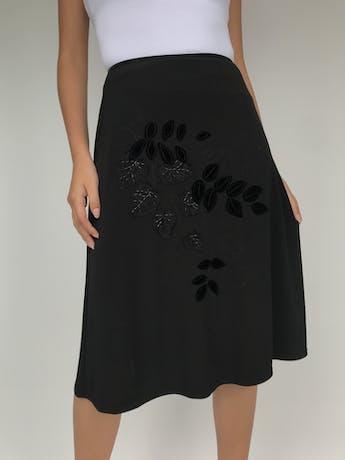 Falda negra stretch, línea en A con aplicaciones de plush y hojas bordadas. Linda caída. Largo 62cm foto 2
