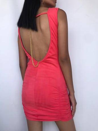 Vestido piel de durazno coral, cuello en V, escote posterior con detalle de cadenita dorada y recogido en las caderas. Largo 75cm foto 2