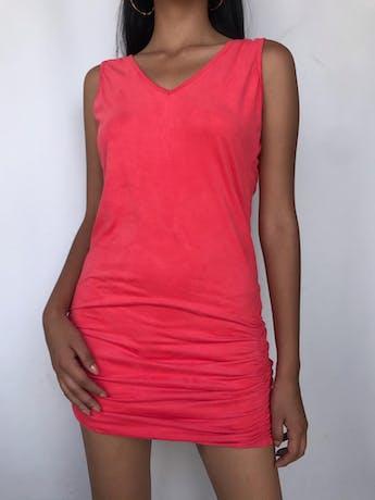Vestido piel de durazno coral, cuello en V, escote posterior con detalle de cadenita dorada y recogido en las caderas. Largo 75cm foto 1