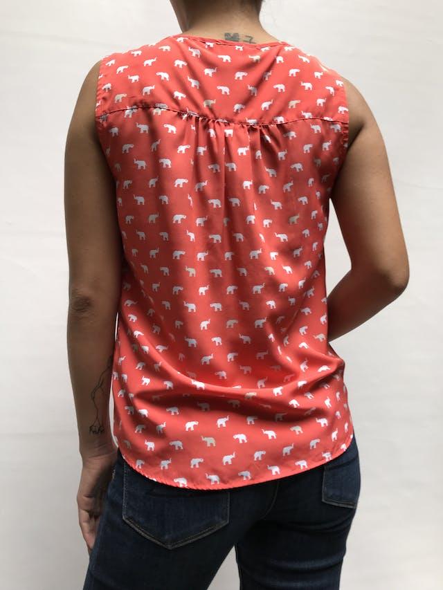 Blusa Croft&barrow anaranjada con estampado de elefantes blancos, cuello redondo. botones y cortes delanteros Talla XS/S foto 2