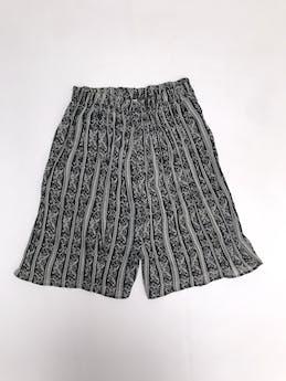 Short vintage a la cintura, de gasa negra con estampado crema, elástico en la cintura, es suelto foto 1