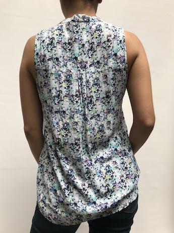 Blusa con estampado floreado azul y morado, cuello nerú con botones en el pecho. Fresca Talla S foto 2