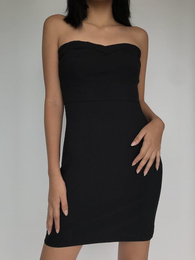 Vestido strapless Dejavu negro con escote corazón, tela ligeramente strech y lleva cierre lateral. Básico y super útil! Talla S/M foto 2