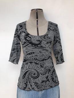 Blusa New York & Company negra con estampado paisley blanco, doble capa de tela tipo tul y manga 3/4 Talla S foto 1