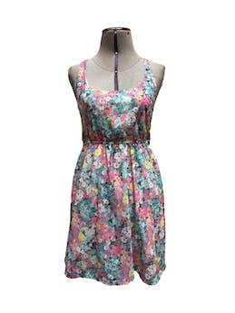 Vestido Bershka con estampado floreado de color celeste, blanco y rosado. Lleva forro, elastico en la cintura y escote con cortes en la espalda Talla S foto 1