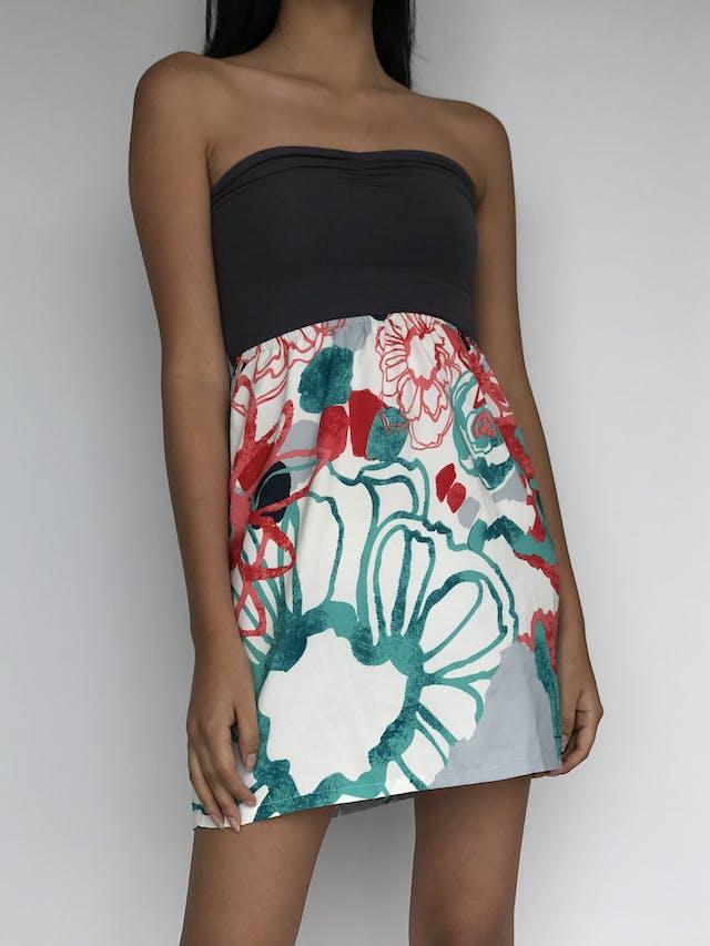 Vestido Roxy top color plomo tipo algodón stretch y falda floreada tipo gasa, corte en A. Super fresco!  Talla XS   foto 1