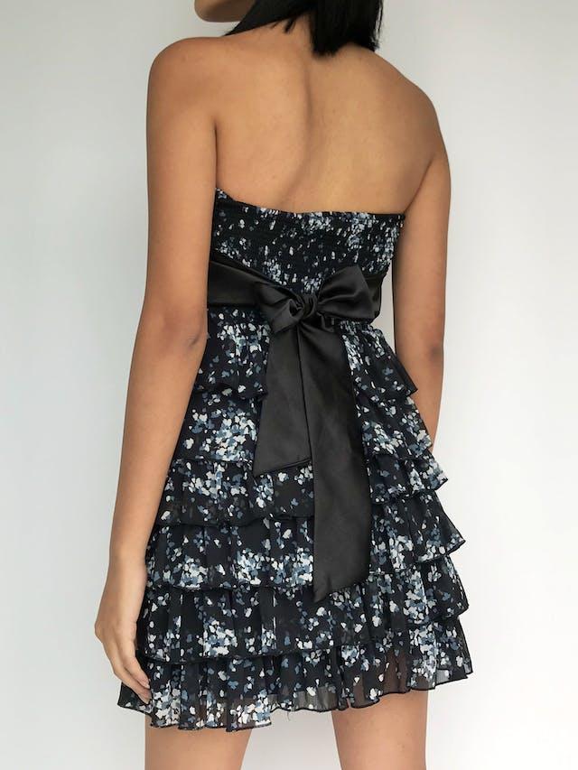 Vestido strapless de gasa azul con estampado de hojas azul y blanco, falda en tiempos y cinto negro para amarrar en la espalda, forrado Talla S foto 2