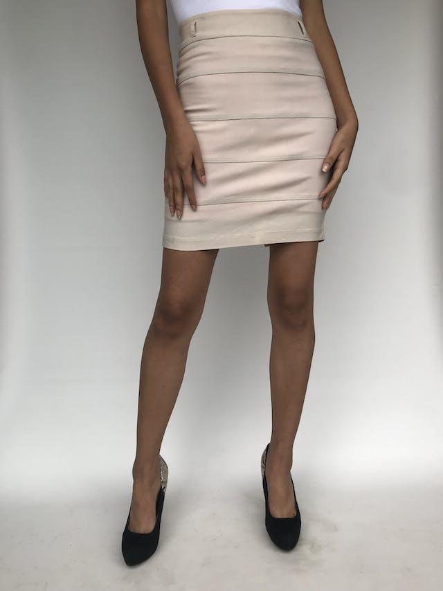 Falda mini tubo Crackers en color beige con cierre posterior, cortes horizontales, es stretch. Talla S foto 1