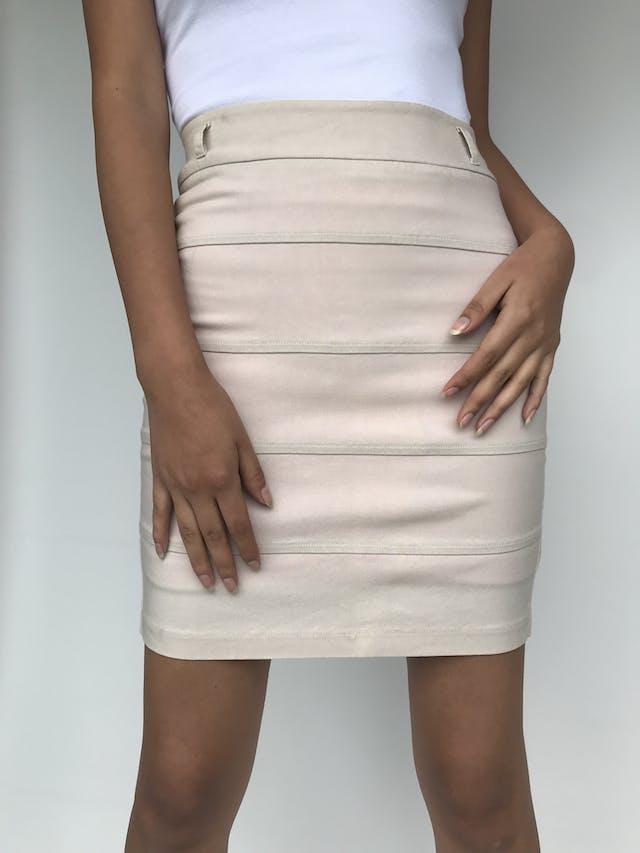 Falda mini tubo Crackers en color beige con cierre posterior, cortes horizontales, es stretch. Talla S foto 2