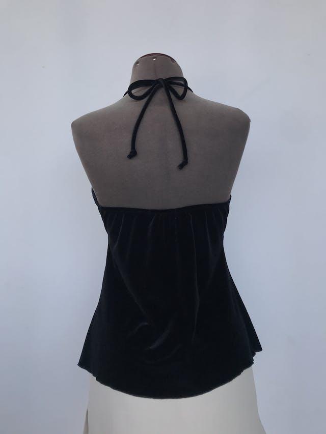 Blusa negra de plush, cuello halter, escote en V con aplicaciones de encaje Talla S foto 2