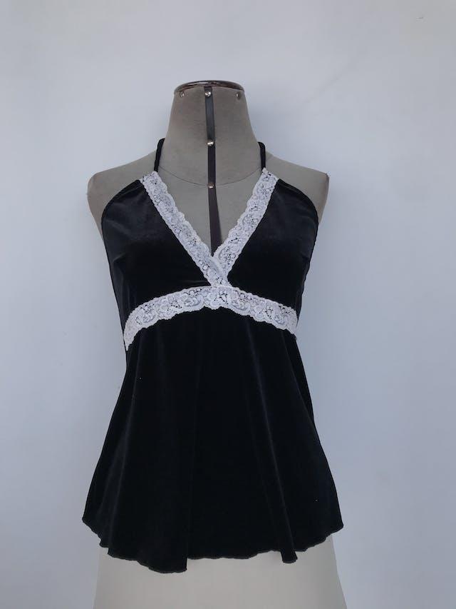 Blusa negra de plush, cuello halter, escote en V con aplicaciones de encaje Talla S foto 1