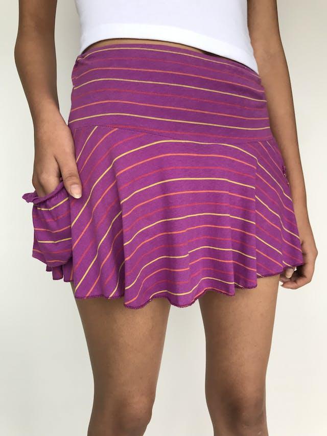 Falda mini morada con líneas de colores, pretina ancha, detalles tipo bolsillos en la basta Talla S foto 2