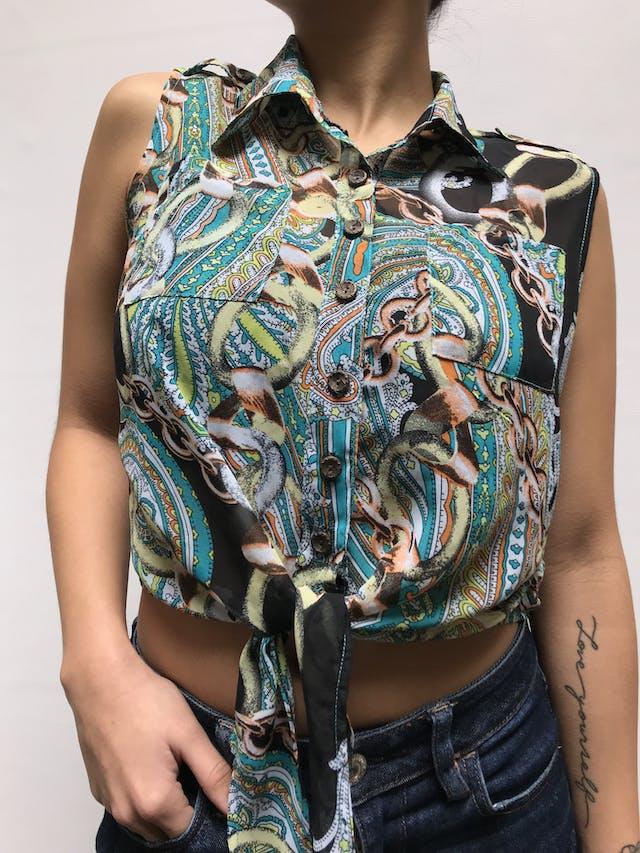 Blusa de gasa con estampado paisley y cadenas, bolsillos delanteros y galones en los hombros, abotonada y se amarra adelante Talla S/M foto 2