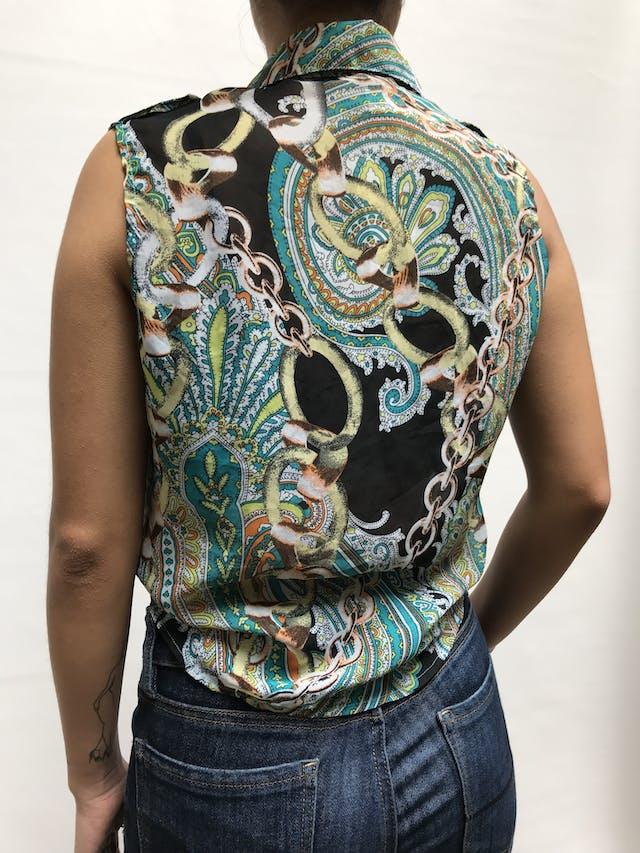 Blusa de gasa con estampado paisley y cadenas, bolsillos delanteros y galones en los hombros, abotonada y se amarra adelante Talla S/M foto 3