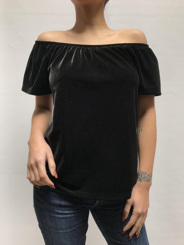 Blusa Gap de terciopelo negro, off-shoulder con manga corta. Precio original S/ 150 Talla S foto 1