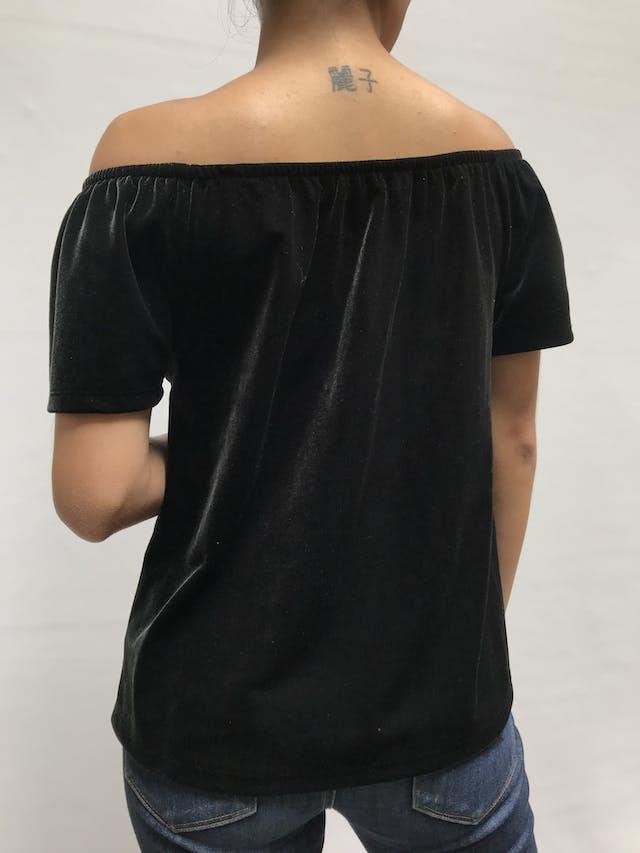 Blusa Gap de terciopelo negro, off-shoulder con manga corta. Precio original S/ 150 Talla S foto 2