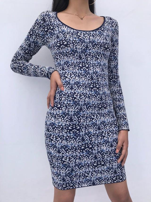 Vestido BCBG Maxazria, material tipo tejido grueso azul con estampado blanco y celeste, cuello redondo y cierre posterior. Arma lindo! Precio Original S/ 1200 foto 1