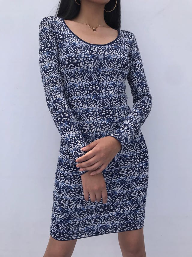 Vestido BCBG Maxazria, material tipo tejido grueso azul con estampado blanco y celeste, cuello redondo y cierre posterior. Arma lindo! Precio Original S/ 1200 foto 2