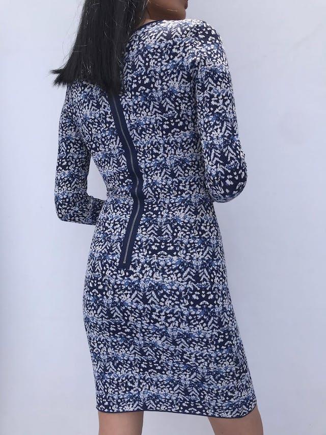 Vestido BCBG Maxazria, material tipo tejido grueso azul con estampado blanco y celeste, cuello redondo y cierre posterior. Arma lindo! Precio Original S/ 1200 foto 3