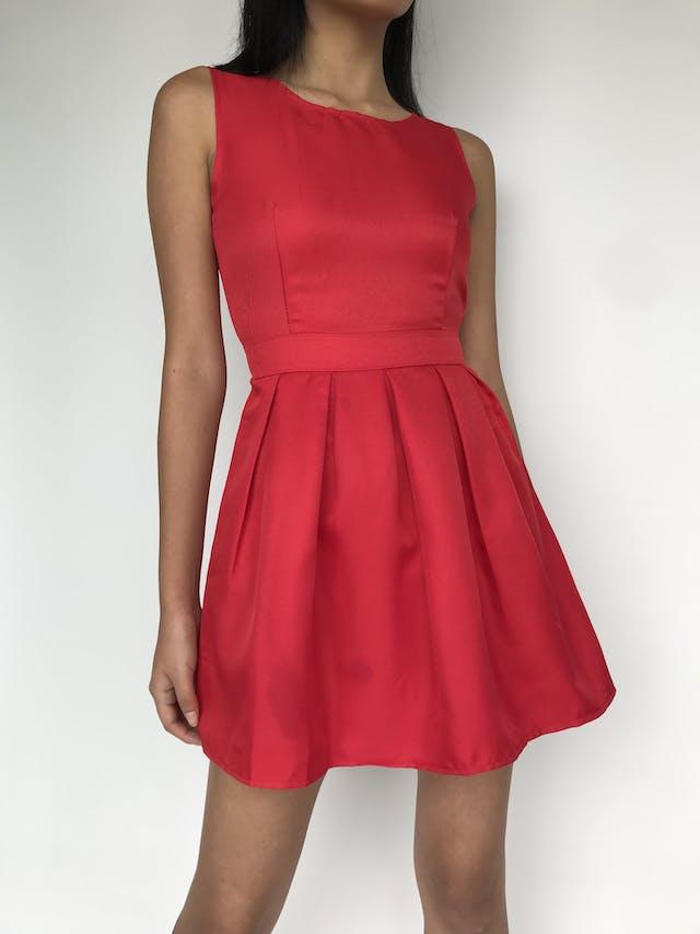 Vestido rojo, tela tipo drill, pliegues en la falda, abertura, botón y cierre posterior. Nuevo con etiqueta Talla XS foto 1