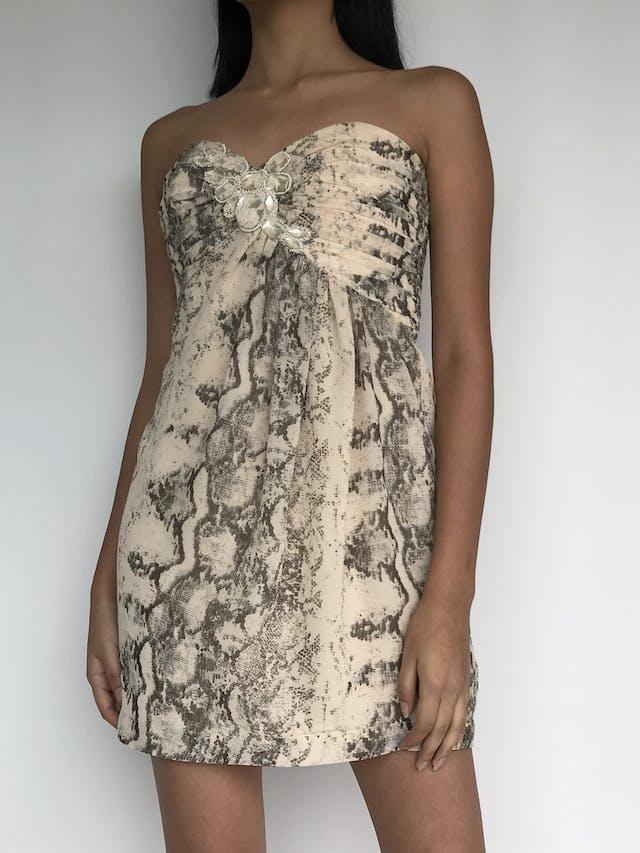 Vestido strapless H&M con estampado de pitón crema y gris, pedrería en el escote, forrado y cierre posterior Talla S (36) foto 1