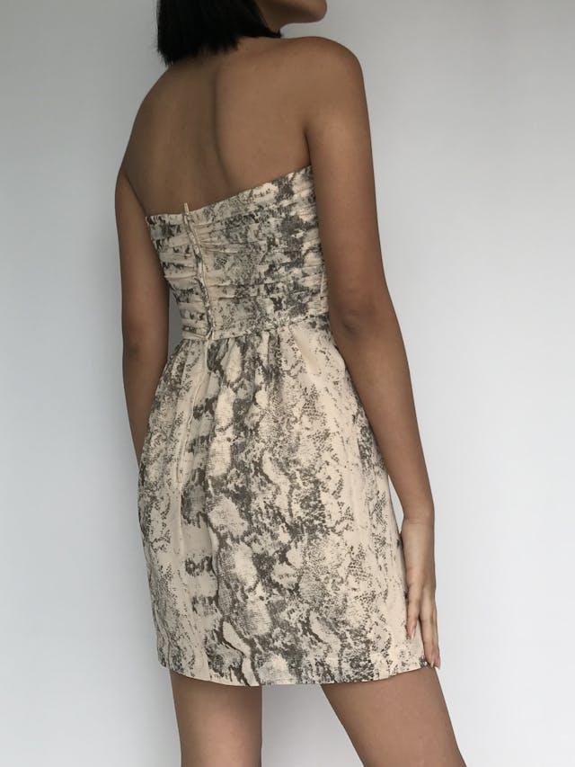 Vestido strapless H&M con estampado de pitón crema y gris, pedrería en el escote, forrado y cierre posterior Talla S (36) foto 2