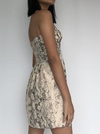 Vestido strapless H&M con estampado de pitón crema y gris, pedrería en el escote, forrado y cierre posterior Talla S (36) foto 3