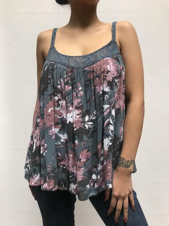 Blusa 50% algodón color gris con estampado de florcitas rosas. Tiene encaje en el pecho y tiritas tejidas. Suelto y fresco para el verano!  Talla L  foto 1