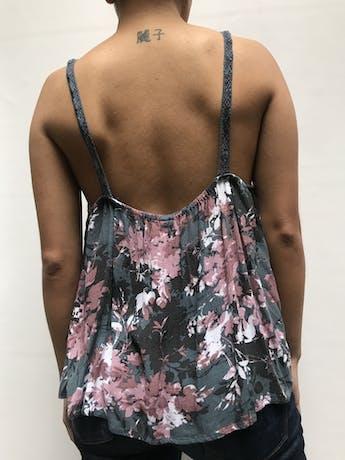 Blusa 50% algodón color gris con estampado de florcitas rosas. Tiene encaje en el pecho y tiritas tejidas. Suelto y fresco para el verano!  Talla L  foto 2