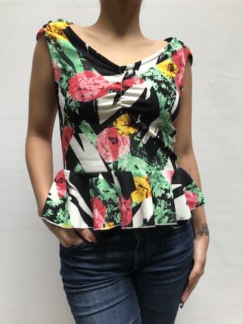 Blusa Mossimo de tela acanalada cone stampado blanco y negros y flores, ecote en V con recogido en el busto y volnate en la basta Talla M foto 1
