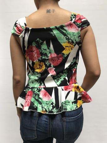 Blusa Mossimo de tela acanalada cone stampado blanco y negros y flores, ecote en V con recogido en el busto y volnate en la basta Talla M foto 2