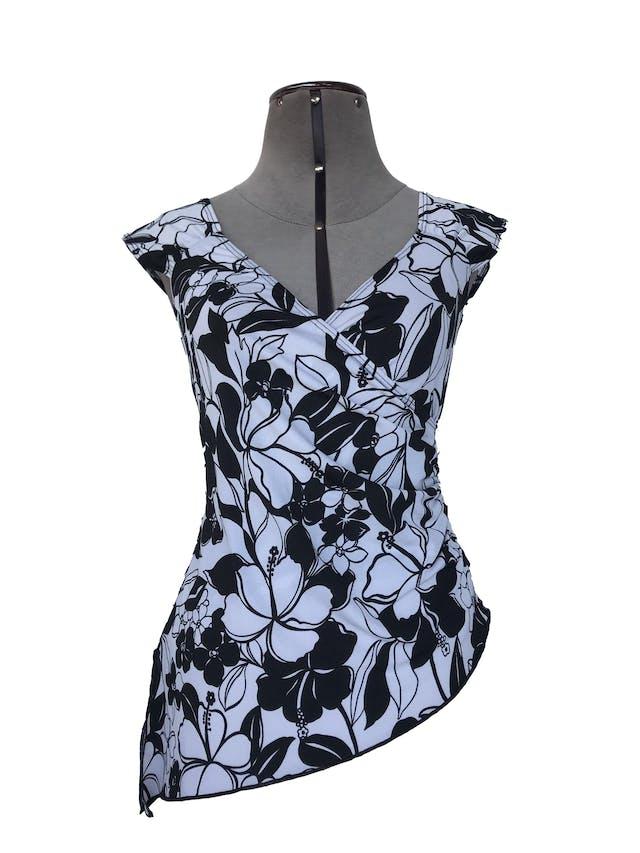 Blusa blanca con estampado de flores negras, escote cruzado y corte asimétrico Talla S foto 1