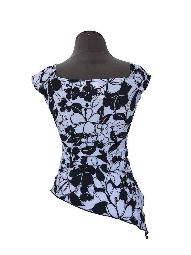 Blusa blanca con estampado de flores negras, escote cruzado y corte asimétrico Talla S foto 2