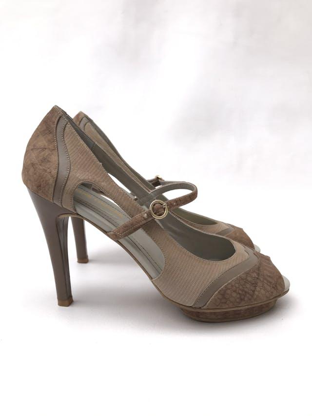 Sandalias Viviane Fiedler 100% cuero en tonos beige con textura, calado lateral, peep toe y correita regulable en empeine, taco 11 con plataforma 1cm. Estado 9/10. Precio original S/ 400 foto 1