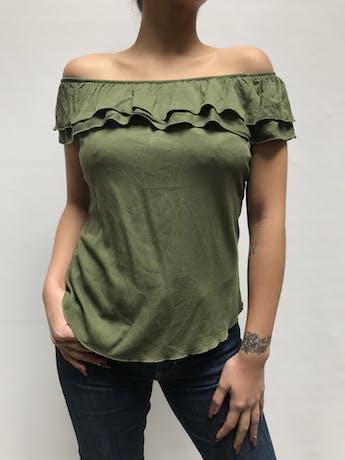 Blusa off shoulder verde con volantes en los hombros, tela tipo algodón Talla S foto 1