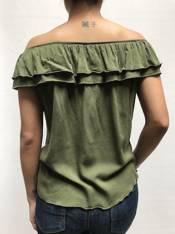 Blusa off shoulder verde con volantes en los hombros, tela tipo algodón Talla S foto 2